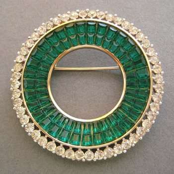 Trifari Invisibly Set Green Glass Circle Brooch Pin - Costume Jewelry