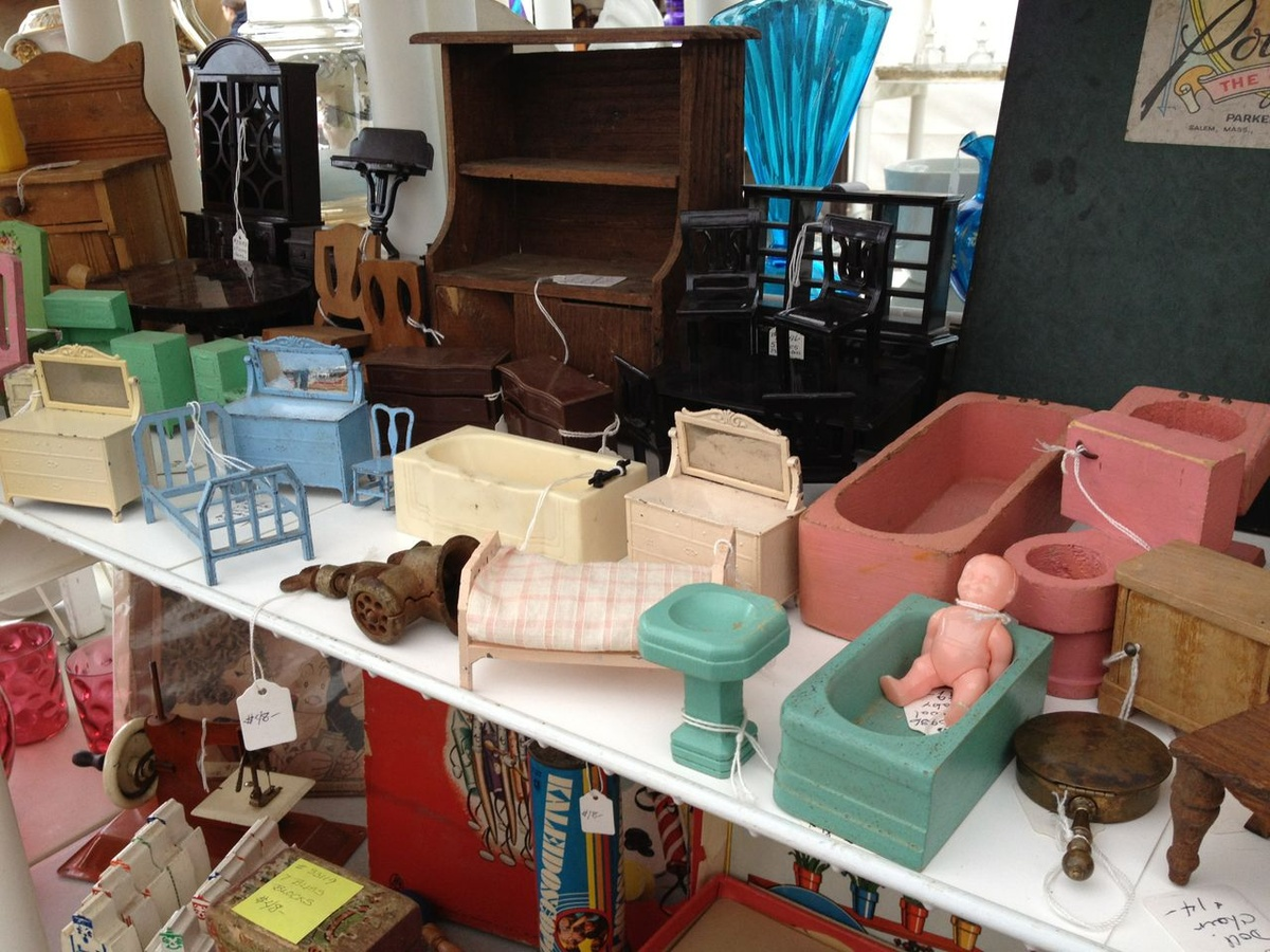 Doll Houses and Furniture - Dolls