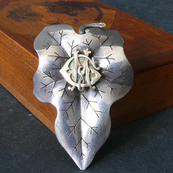 antique silver leaft brooch pendant with golden monogramm - Fine Jewelry