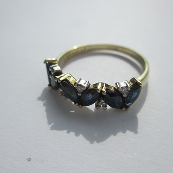 Golden ring with sapphires and tiny diamonds - Fine Jewelry