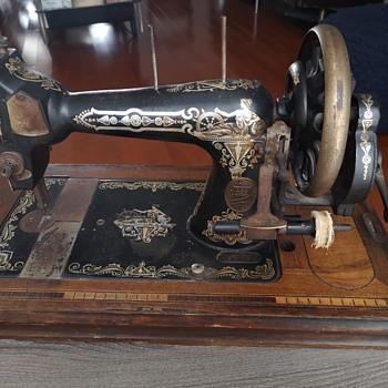 Help identifying Vintage/Antique Sewing machine - Sewing