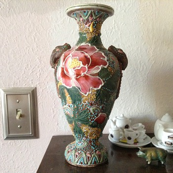 I need help to identify this vase - Pottery