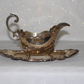 "INTERNATIONAL SILVER GRAVY BOAT AND ATTACHED UNDERPLATE ""ORLEANS"" - Silver"