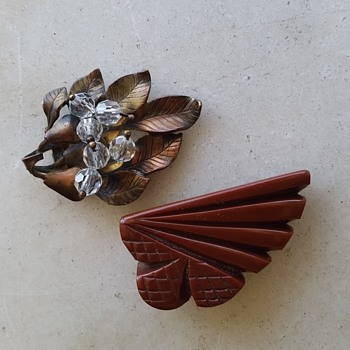 Bakelite shoe clip and metal leaf dress clip - Costume Jewelry