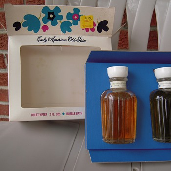 Early American Old Spice Toilet and Bubble Bath Set