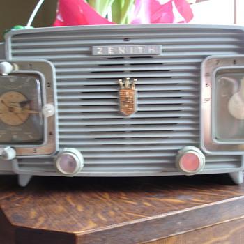 1954 zenith L520 clock radio. - Radios