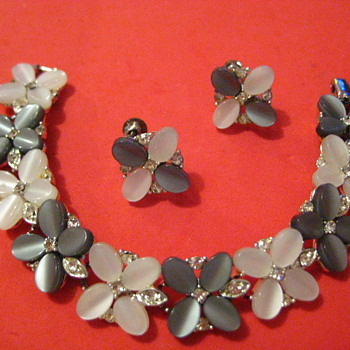 Vintage LISNER Grey & White Braclet and screw-back Earring Set - Costume Jewelry