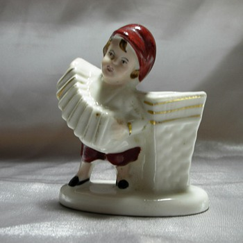 Boy playing accordeon - Figurines