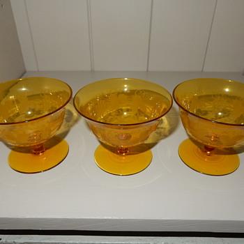 Uranium glass dishes. - Glassware