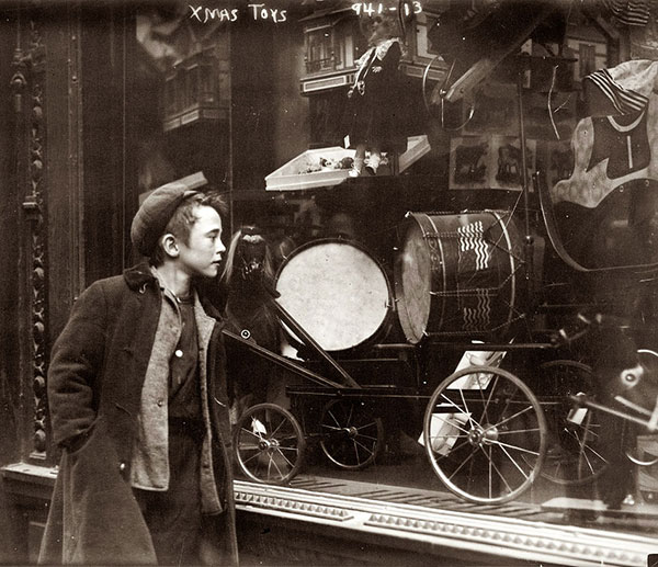600Boy-looking-at-Xmas-toys-in-shop-window-in-New-York-circa-1910