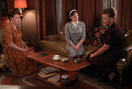 Anita Olson Respola (Audrey Wasilewski), Peggy Olson (Elisabeth Moss), and Katherine Olson (Myra Turley) in Episode 4.