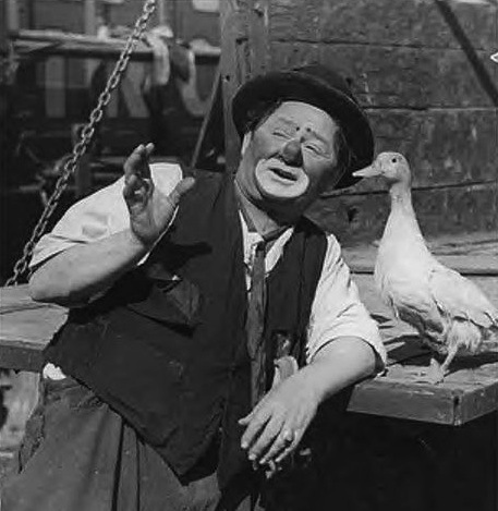 Otto Griebling's tramp talks to a duck in 1947. (Via WikiCommons)