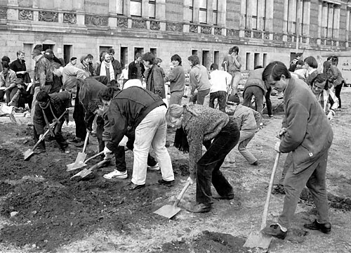 Activists held a symbolic dig at the future site of the Topography of Terror in 1985. (Photo by Paul Glaser)