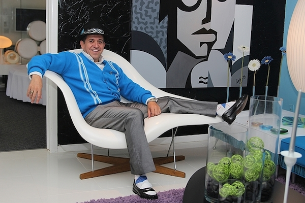 "Carlos Cardoza kicks back in a La Chaise longue designed by Charles and Ray Eames for a 1948 competition sponsored by the Museum of Modern Art. (Via ""Mantiques"")"