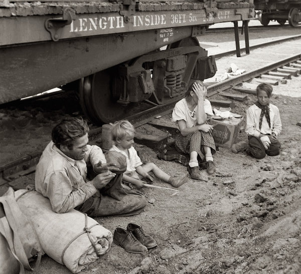 A family who traveled by freight train to Toppenish, Washington, in August 1939. (Photo by Dorothea Lange, from the Farm Security Administration/Office of War Information Photograph Collection, Library of Congress)