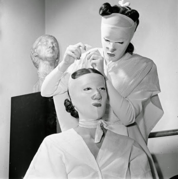 This 1940s photo shows face-mask treatments taking place in a Helena Rubinstein salon. (Via Vintage Everyday)