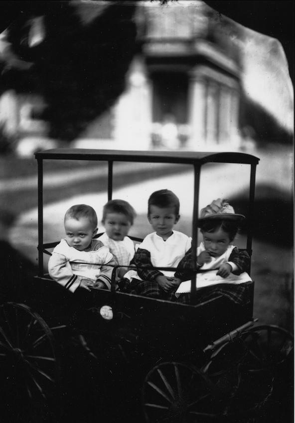 """Az 1870-es években a """"keverékeny"""" gyermekek egy csoportja kocsiban lovagolt a Kúriaház előtt.  (Picador jóvoltából)"""
