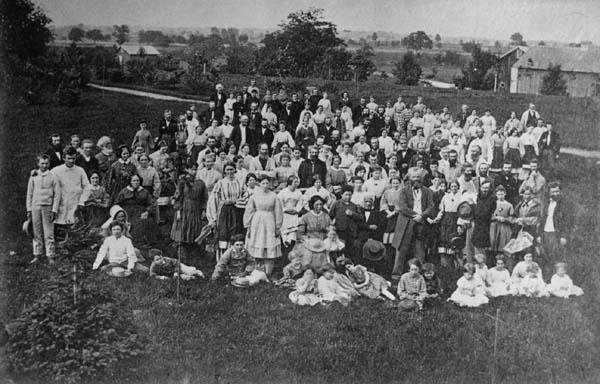A teljes Oneida közösség, valószínűleg körülbelül az 1850-es évek végén (A Oneida közösség gyűjteményéből a New York-i Syracuse Egyetemi Könyvtárban)
