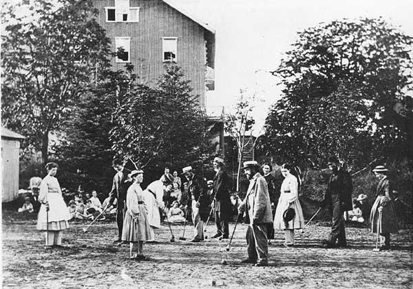 A Oneida közösség tagjai az 1865-1870 körül körüli krokett középosztályi hobbival foglalkoztak.  (A New York-i Syracuse Egyetemi Könyvtár Oneida közösség gyűjteményéből)