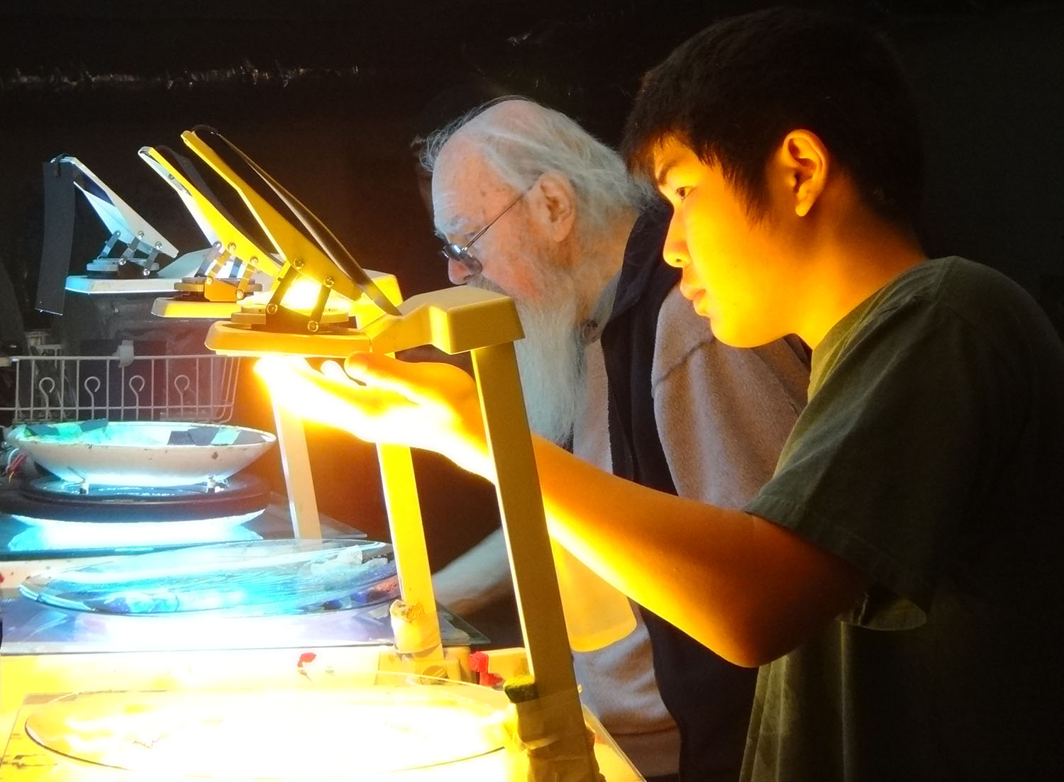 In recent years, Bill Ham has been passing his light-show techniques on to a new generation. Here he instructs Kaishi Ito on the finer points of working with liquids in glass bowls on overhead projectors.