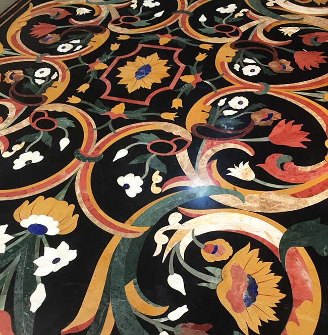 A pietra dura tabletop from the 1950s on view at Mercanteinfiera.