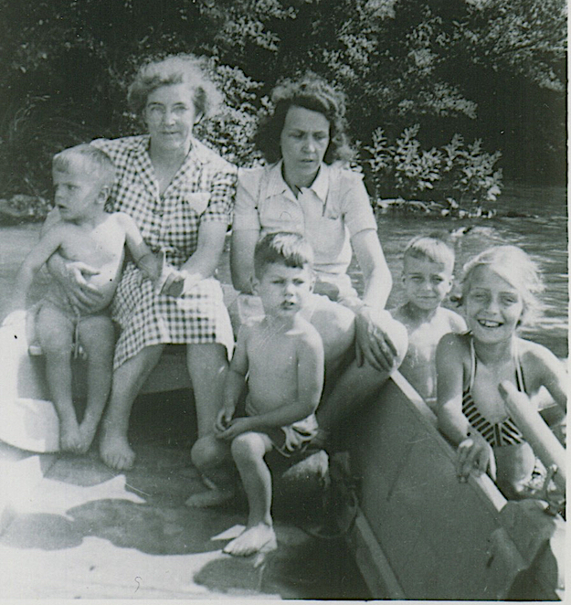 David Singer (center), with his mother, Ruth, behind him and his grandmother, Meme. Singer's mother died of cancer by the time the boy was 4 years old.