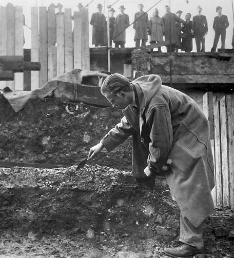 Ivor Noël Hume works on an excavation for the Guildhall Museum in London, c. 1950. Via thamesdiscovery.org.