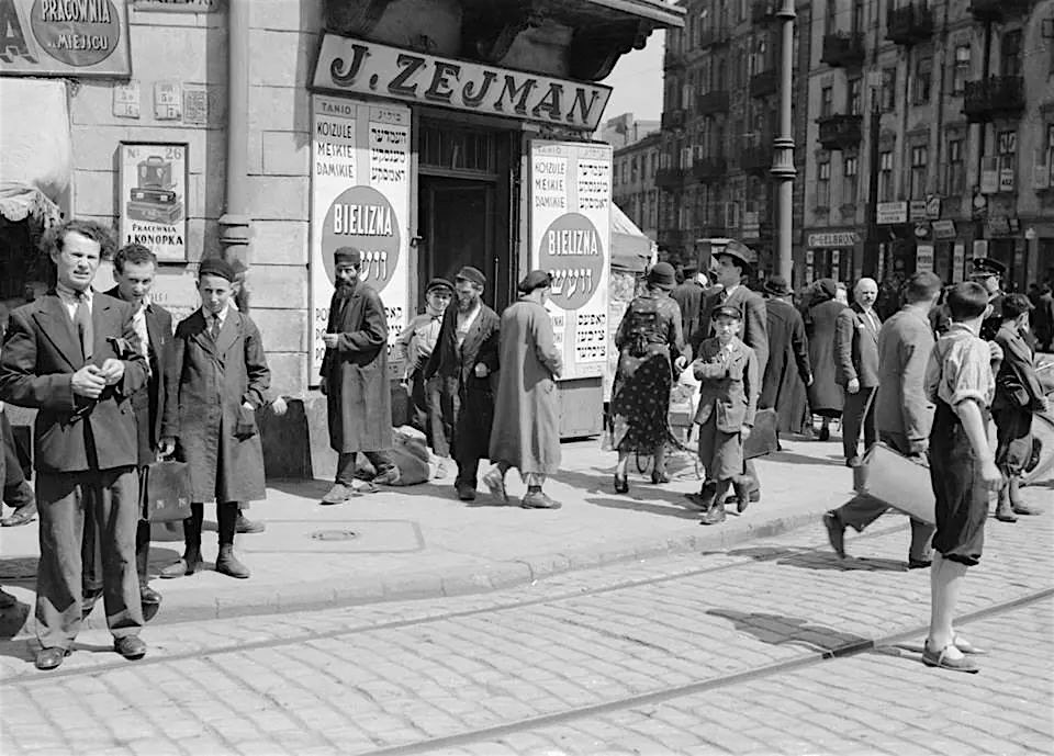 A Warsaw street scene from the 1930s. Notice the signs in both Polish and Yiddish. Via Rivka's Yiddish.